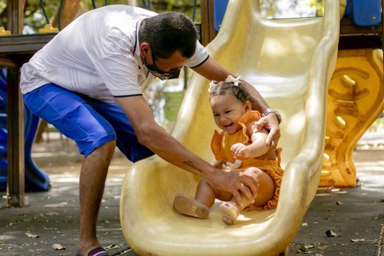 Erivaldo Gomes, 37, brinca com Maria Eloá, 1, no primeiro Dia das Crianças com a filha. (Foto: Aurélio Alves / O POVO) (Foto: Aurélio Alves / O POVO)