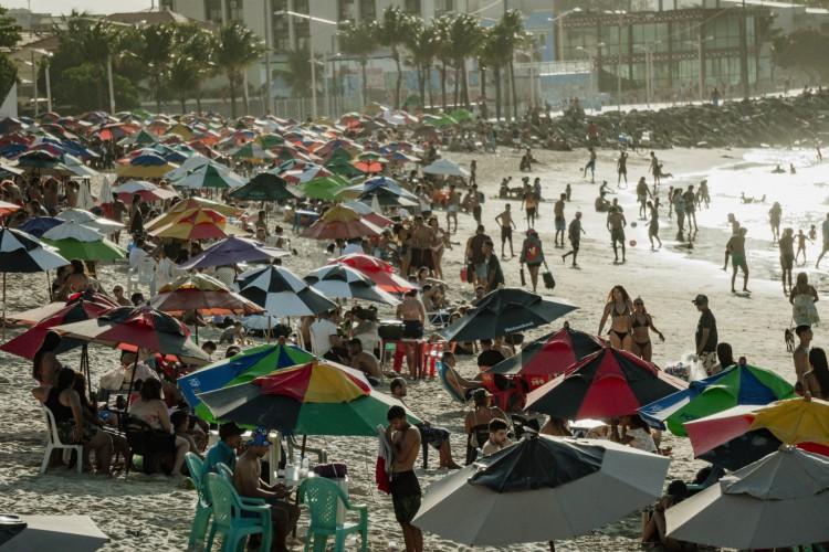 No feriado de 12 de outubro, fortalezenses foram às praias. A praia dos Crush estava lotada  (Foto: JÚLIO CAESAR)