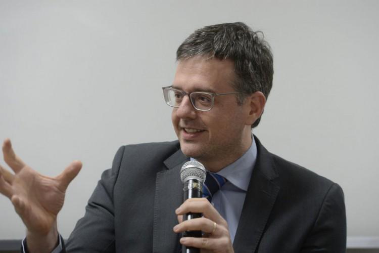 O defensor Público Geral, Rodrigo Pacheco,  fala durante evento de assinatura de protocolo de cooperação entre a Defensoria Pública do Rio de Janeiro e a ADOULASRJ. (Foto: Tomaz Silva/Agência Brasil)