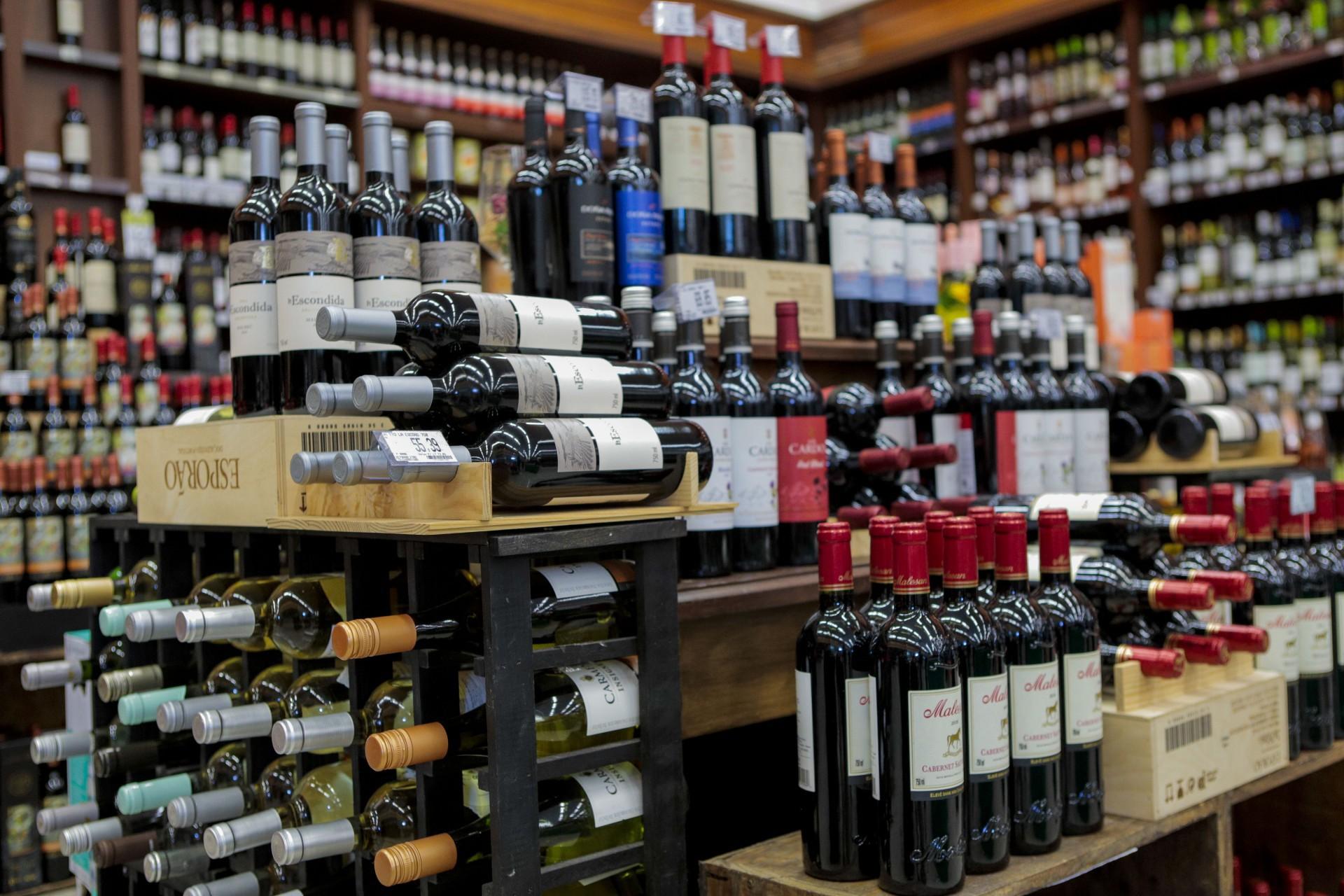 Escolhendo vinhos nos supermercados