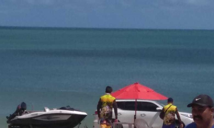 Uma lancha foi transportada para a prática de esporte marinho na Praia do Náutico nesta quarta-feira