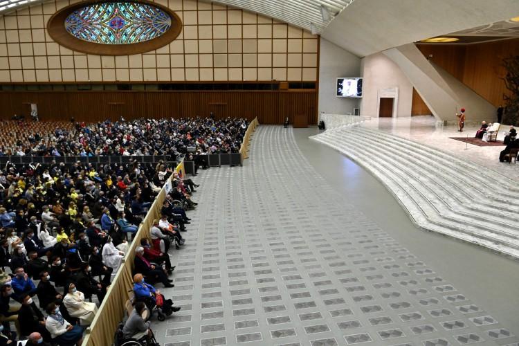 Papa Francisco discursa em sua audiência geral semanal no salão Paulo VI do Vaticano em 14 de outubro de 2020 (Foto: AFP)