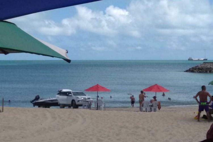Uma lancha foi transportada para a prática de esporte marinho na Praia do Náutico nesta quarta-feira  (Foto: LEITOR VIA WHATSAPP O POVO)