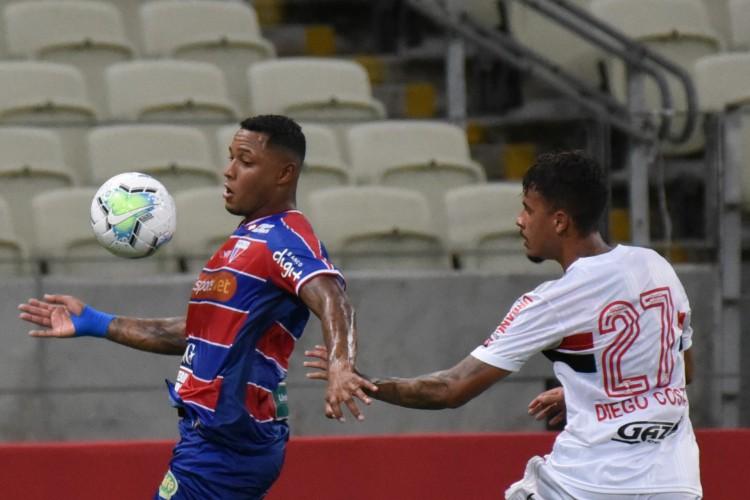 Novo parceiro do Leão já estampou a marca na manga da camisa no jogo contra o São Paulo (Foto: CAIO ROCHA/AE)