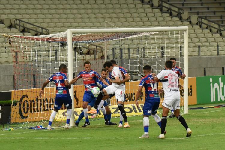 Jogo entre Fortaleza e São Paulo ficou marcado por decisões do árbitro do jogo  (Foto: CAIO ROCHA/AE)