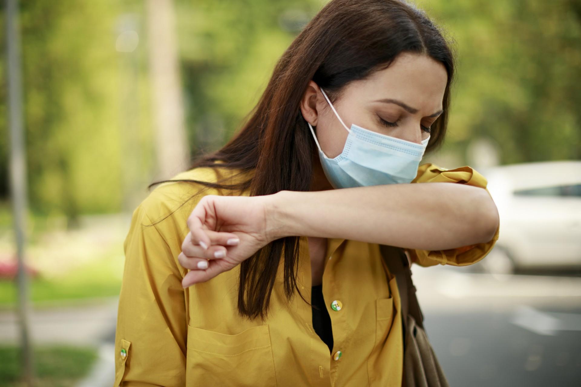 Após tossir ou espirrar, a recomendação é trocar a máscara, com a devida higienização das mãos