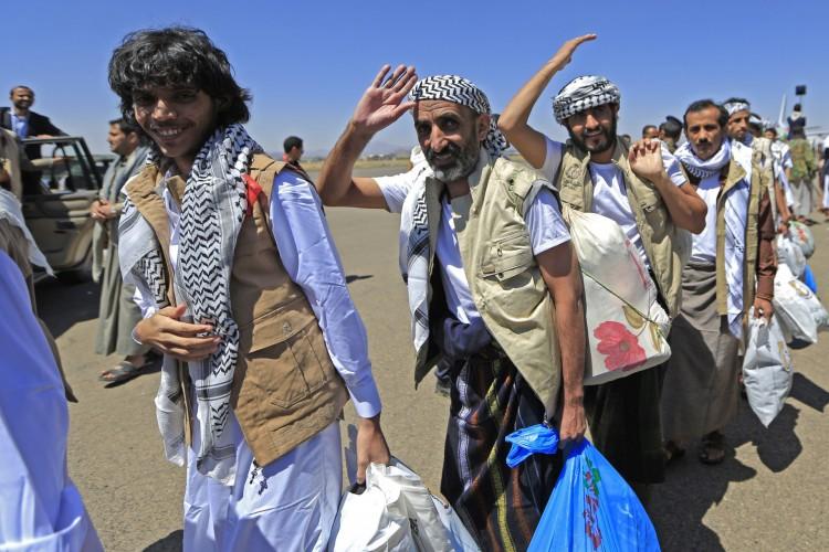 Prisioneiros iemenitas libertos chegam à capital controlada pelos rebeldes, Sanaa, em 16 de outubro de 2020, quando o país devastado pela guerra começou a trocar 1.000 prisioneiros em uma operação complexa supervisionada pelo Comitê Internacional da Cruz Vermelha (Foto: AFP)