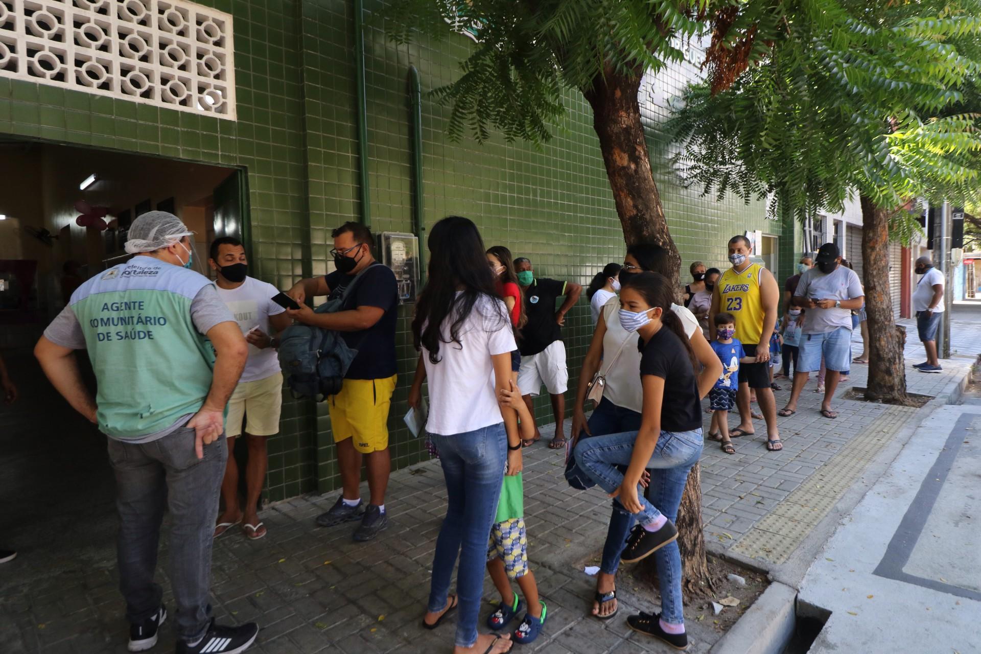 Fila para vacinação no posto Paulo Marcelo, no Centro de Fortaleza