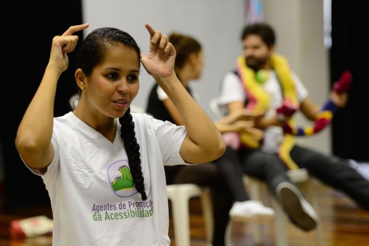 Rio de Janeiro - Tradução em Libras de encenação com temática inclusiva no lançamento de mais uma turma do projeto Agentes de Promoção da Acessibilidade, da ONG Escola de Gente, na Biblioteca Parque da Rocinha (Fernando Frazão/Agência Brasil) (Foto: Fernando Frazão/Agência Brasil)