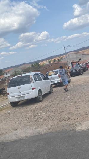 As ruas da cidade de Quiterianópolis foi tomada por moradores após a tragédia  (Foto: via WhatsApp O POVO )