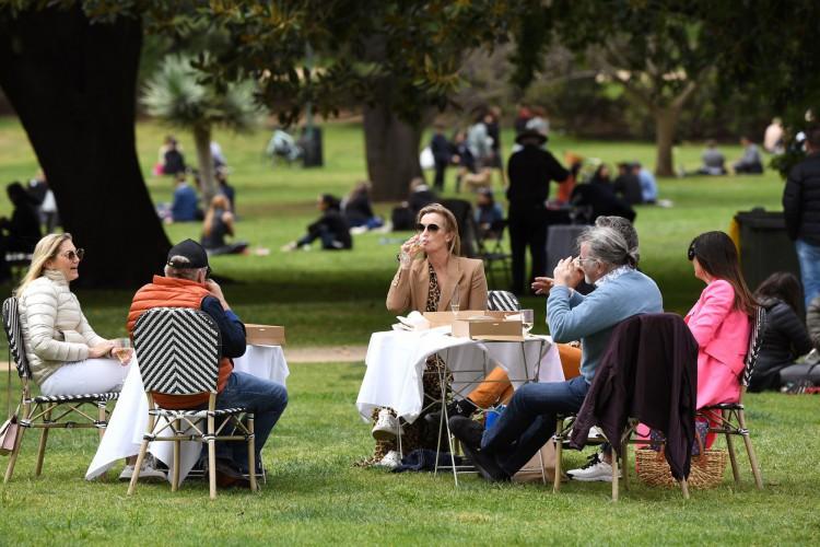 As pessoas fazem um piquenique em um parque em Melbourne em 18 de outubro de 2020, enquanto o governo estadual anuncia relaxamento de algumas restrições enquanto a cidade enfrenta uma segunda onda da Covid-19 (Foto: AFP)