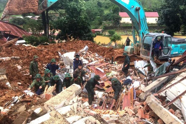 Militares em busca de soldados desaparecidos no local de um deslizamento de terra na província de Quang Tri, no centro do Vietnã, em 18 de outubro de 2020      (Foto: AFP)