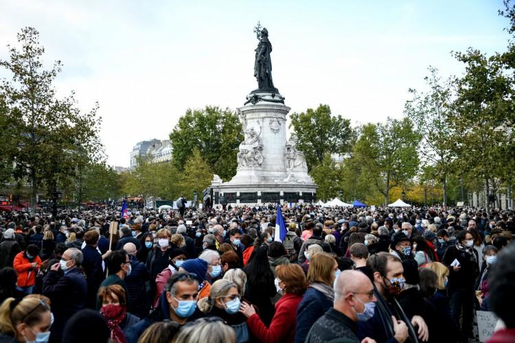 Pessoas se reúnem na Place de la Republique, em Paris, em 18 de outubro de 2020, em homenagem ao professor de história Samuel Paty, dois dias depois de ter sido decapitado por um agressor que foi morto a tiros por policiais (Foto: AFP)