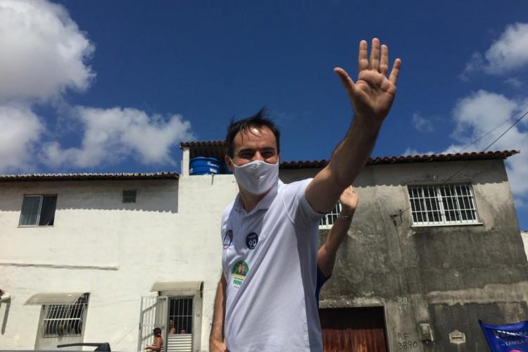 Capitão Wagner esteve em carreata na manhã deste domingo, 18,. no bairro Pirambu (Foto: Fábio Lima)