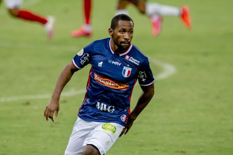 Tinga deverá ser titular no Fortaleza no último duelo do Brasileirão 2020 diante do Fluminense.  (Foto: Aurelio Alves/ O POVO)