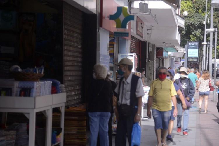 Prefeitura aplica multas em bares do Leblon, no Rio, por aglomeração (Foto: )