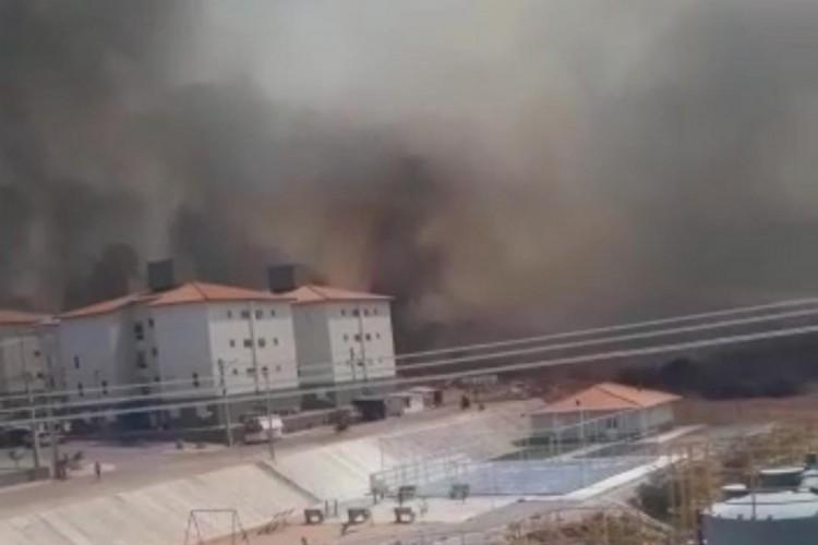 O fogo teve início na tarde desta segunda-feira, 19, e o risco para as moradias da Serra do Gadelha em Iguatu foi contido pela ação dos bombeiros (Foto: Reprodução / Corpo de Bombeiros)