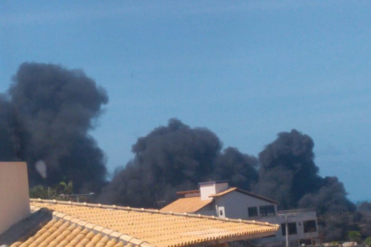 Um incêndio atinge um galpão que servia com depósitos de canos na região do Porto das Dunas em Aquiraz; Bombeiros estão no local tentando controlar as chamas (Foto: WhatsApp O POVO)