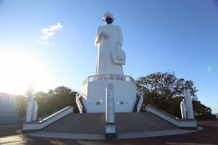 Padre Cícero, em Juazeiuro do Norte, de máscara (Foto: Anderson Duarte)