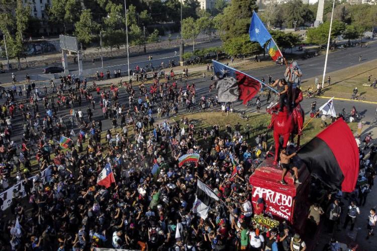 Imagem da manifestação ocorrida na última sexta-feira, 16; protestos têm acontecido com frequência no país (Foto: PABLO COZZAGLIO / AFP)