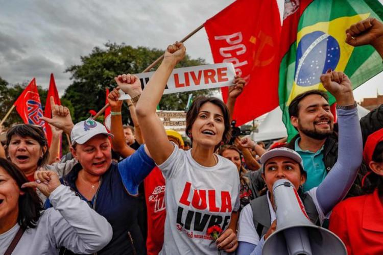 Ex-deputada Manuela D'Ávila (PCdoB) é líder isolada na pesquisa mais recente da disputa para prefeito de Porto Alegre, divulgada pelo Ibope em 5 de outubro (Foto: Ricardo Stuckert/Instituto Lula)