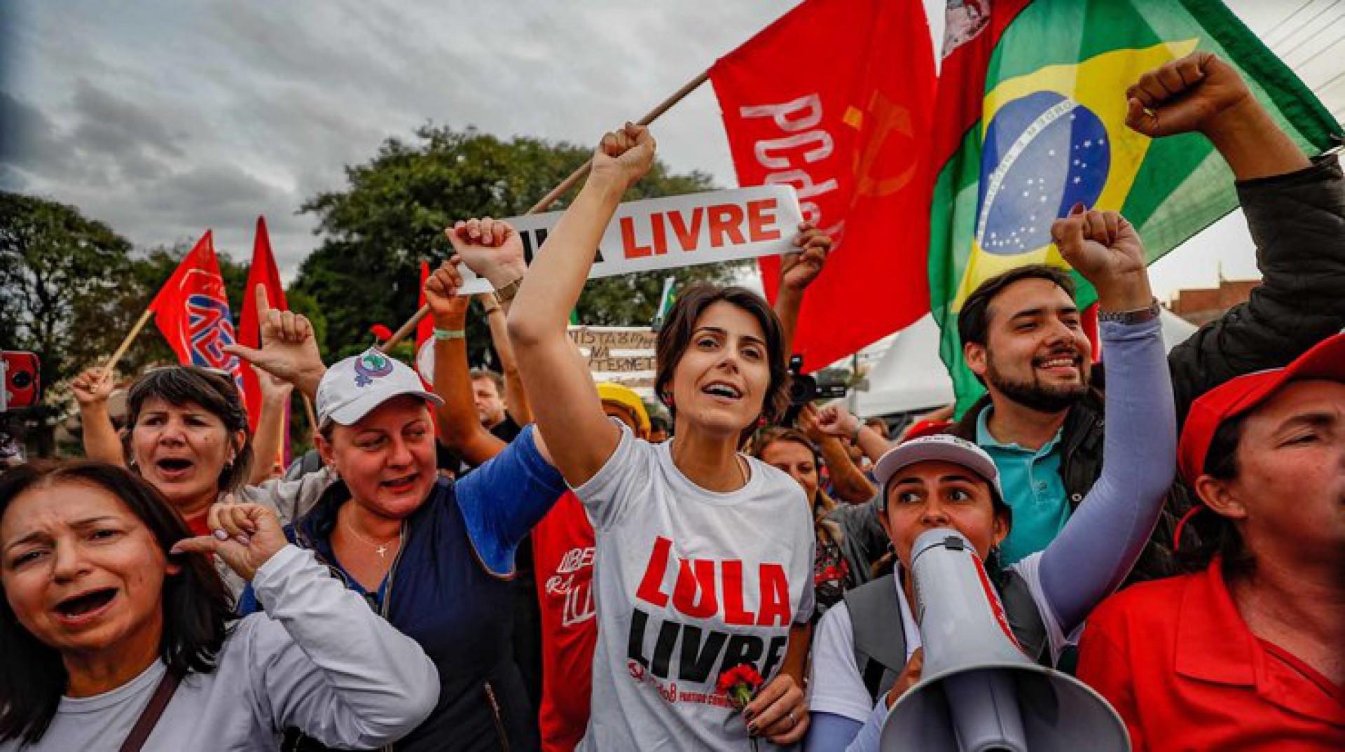 """Em 2020, a ex-deputada Manuela D'Ávila (PCdoB) lançou o livro """"E Se Fosse Você? Sobrevivendo às redes de ódio e fake news""""."""