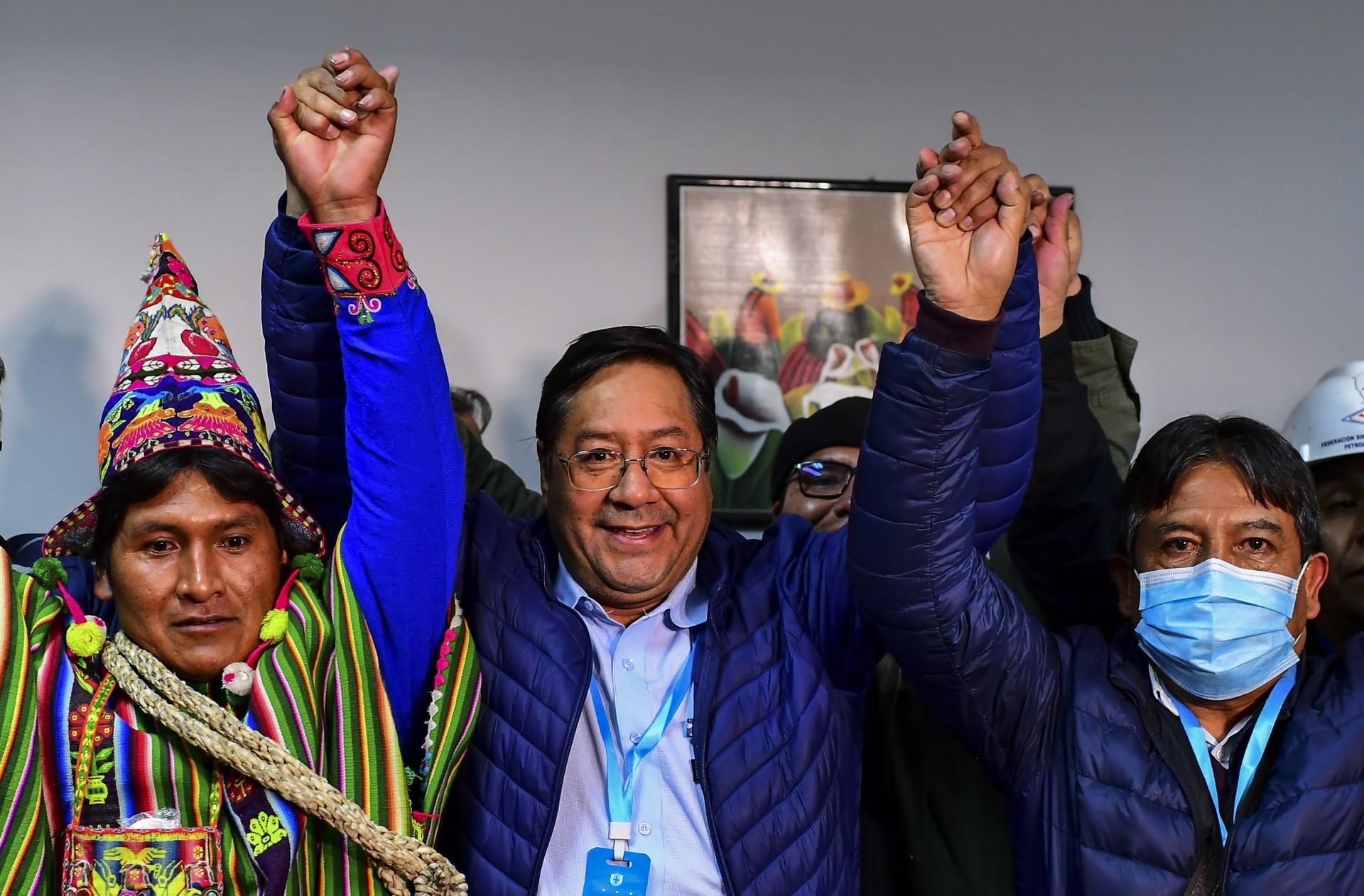 Luis Arce (ao centro), presidente da Bolívia. (Foto: AFP)