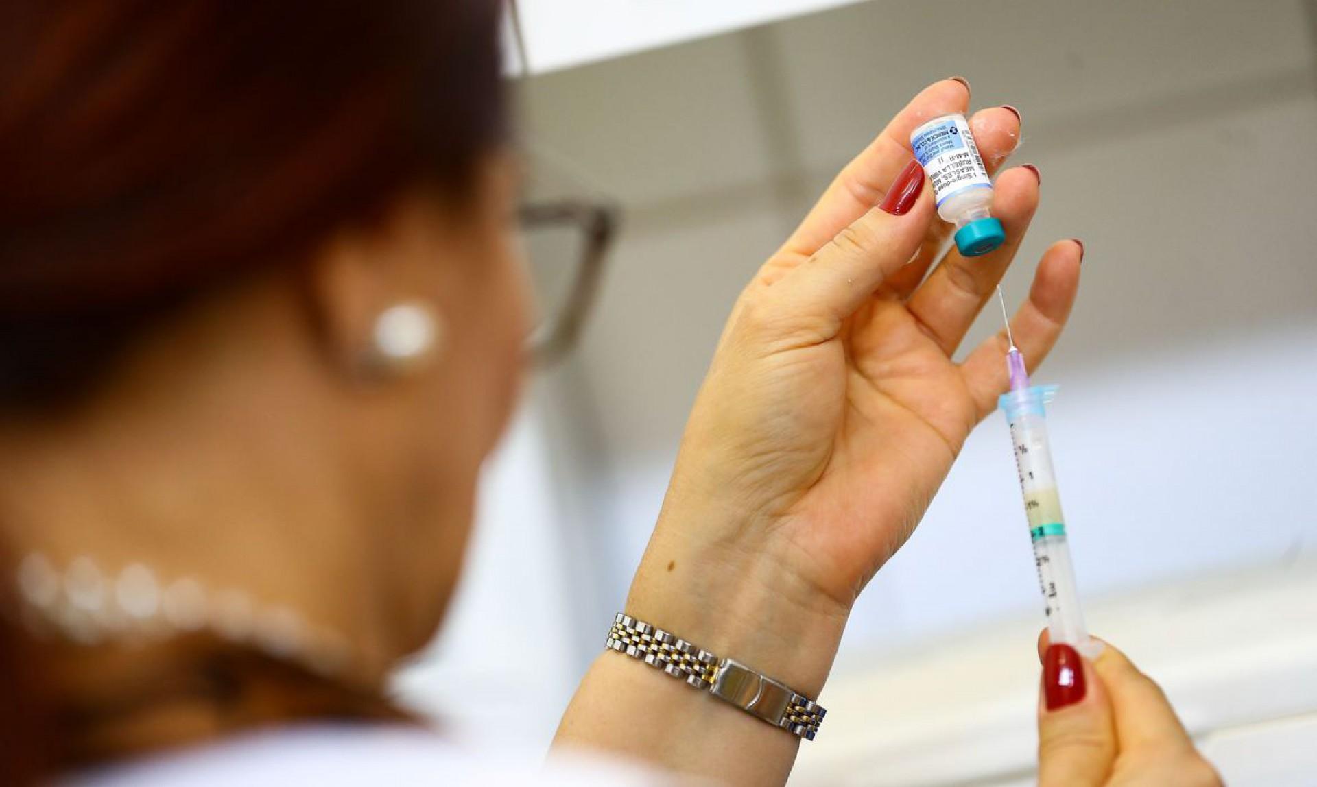 A tríplice viral deve ser administrada em duas doses, sendo a primeira aos 12 meses e a segunda entre 15 e 24 meses (Foto: Marcelo Camargo/Agência Brasil)