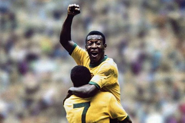 Pelé abraçando Jairzinho após título da Copa de 1970  (Foto: FIFA / Divulgação)