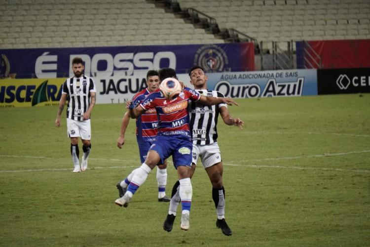 Disputa de bola durante Clássico-Rei, válido pela segunda partida da final do Cearense (Foto: Júlio Caesar / O POVO   )