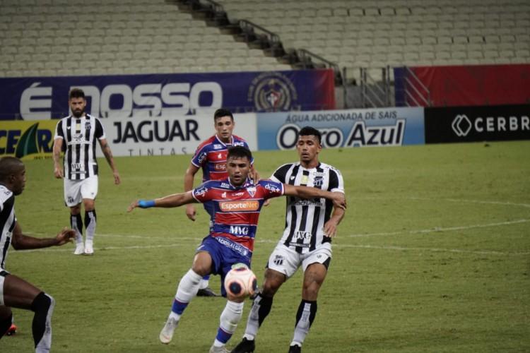 Disputa de bola durante Clássico-Rei, válido pela segunda partida da final do Cearense (Foto: Júlio Caesar / O POVO)