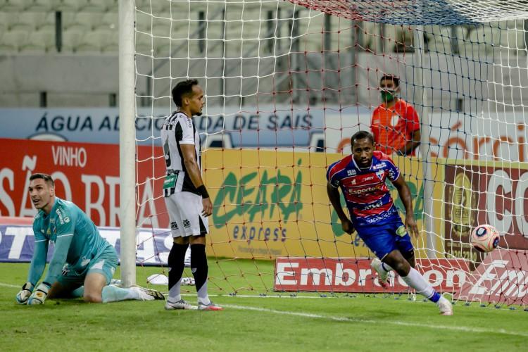Gol do Tinga na final do Campeonato Cearense, no segundo jogo (Foto: Aurelio Alves)