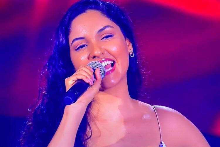 Cleane Sampaio foi a primeira cearense a ingressar na nova temporada do The Voice Brasil; logo após, Gabriel Nogueira, também cearense, também ingressou no programa na mesma noite (Foto: Reprodução The Voice Brasil)