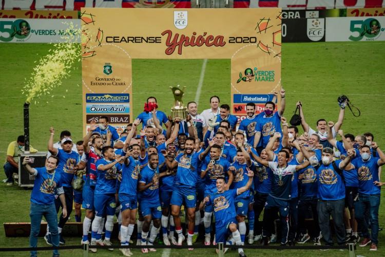 Paulão ergue a taça do Campeonato Cearense; Fortaleza venceu o Ceará nos dois jogos da final (Foto: Júlio Caesar)