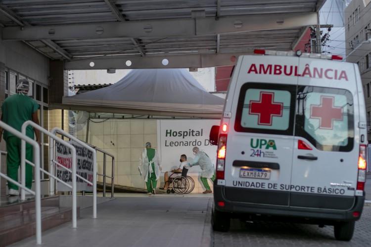 Ambulancia em frente ao Hospital Leonardo da Vinci, em Fortaleza, Ceará. (Foto: Aurelio Alves)