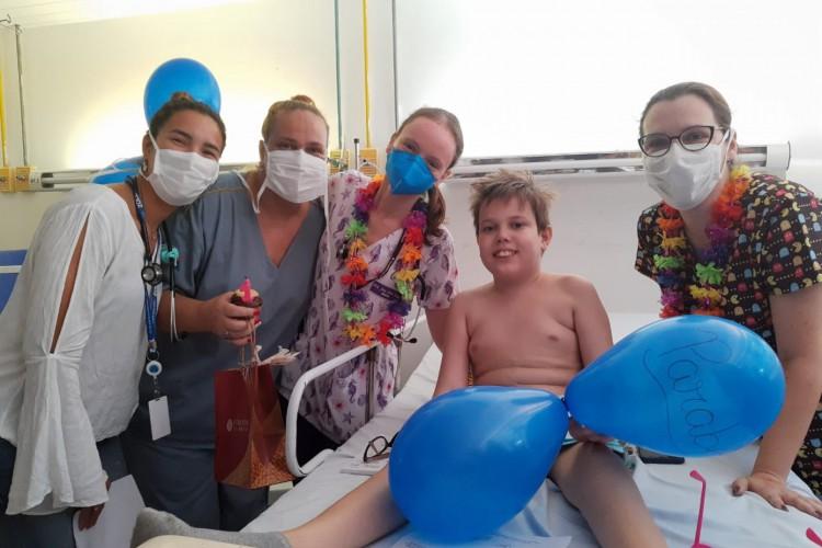 Jovem de 14 anos estava internado desde o dia 7 de outubro e recebeu alta no dia do aniversário da mãe e com ajuda da equipe do hospital montou uma festa surpresa para ela (Foto: Divulgação HGWA)