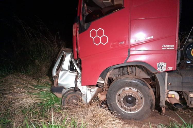 Adolescente dirigia na contramão quando bateu de frente com caminhão  (Foto: Divulgação)