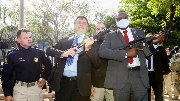 Desde o início do mandato, Bolsonaro tomou mais de 20 medidas para flexibilizar a aquisição de armas legalmente. A última foi em agosto de 2020