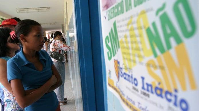 Votação do referendo sobre comercialização de armas no Brasil no Colégio Santo Inácio, em Fortaleza