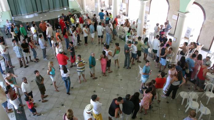 Eleitores nas filas para votar no referendo de 2005 no Naútico Atlético Cearense (1ª zona)