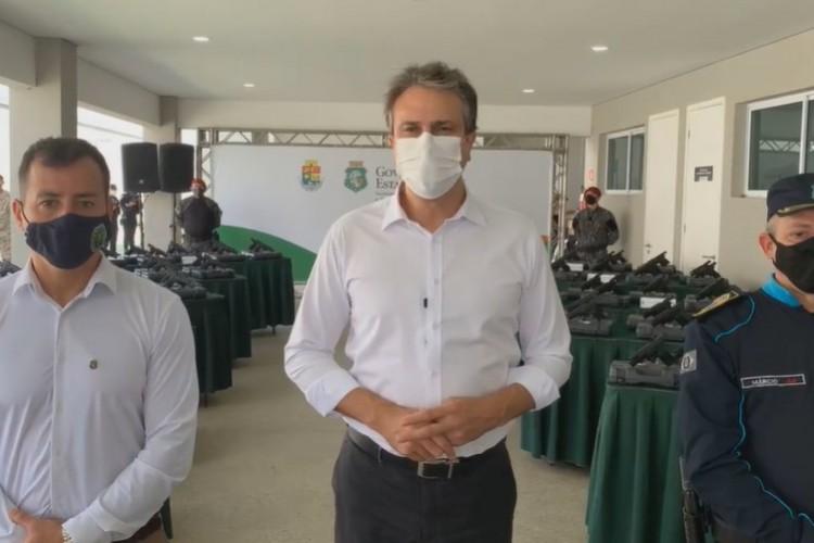 Em live, governador do Ceará Camilo Santana anunciou a entrega um 11.559 armas para a Polícia Militar  (Foto: REPRODUÇÃO)