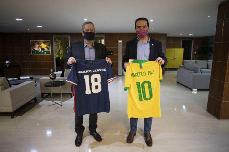 Presidentes Rogério Caboclo e Marcelo Paz trocaram camisas (Foto: Thais Magalhães/CBF)