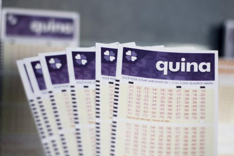 O resultado da Quina Concurso 5400 foi divulgado na noite de hoje, segunda-feira, 26 de outubro (26/10), por volta das 20 horas. O prêmio da loteria está estimado em R$ 2,3 milhões (Foto: Deísa Garcêz)