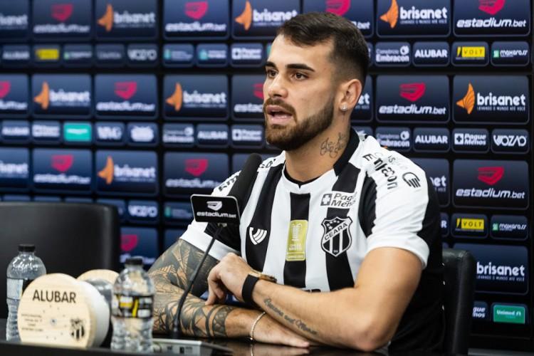 Atacante Felipe Vizeu concede entrevista coletiva em apresentação do Ceará SC (Foto: Felipe Santos/Ceará SC)