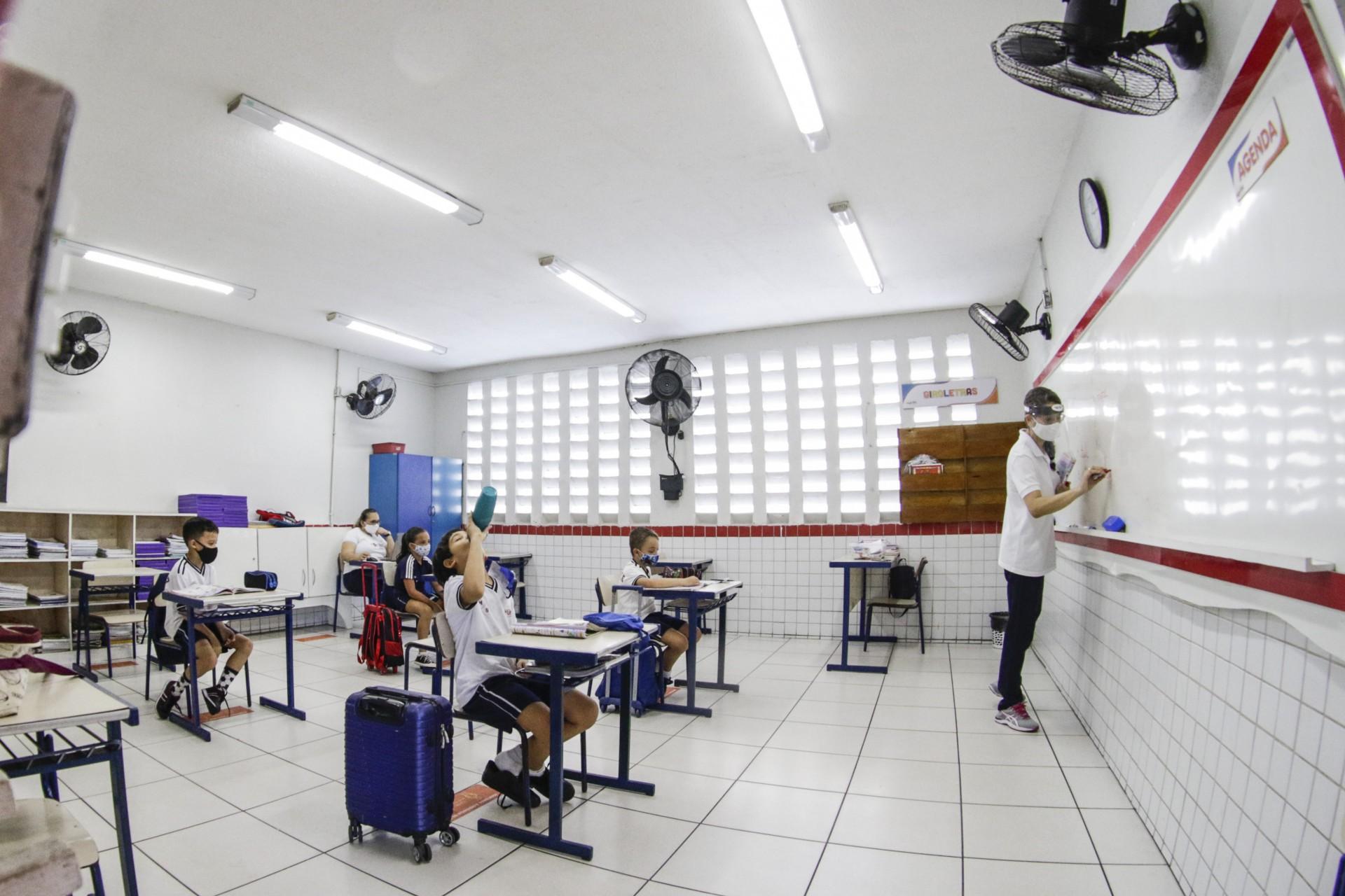 Aulas presenciais no Infantil, 1ª, 2ª e 9ª série do Fundamental  e 3º ano do Médio já estavam liberadas com limitação de capacidade