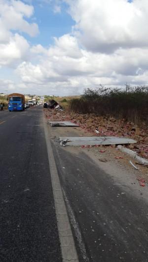 Um caminhão de biscoitos tombou na BR-222, em São Luís do Curu (Foto: Asscom/PRF)