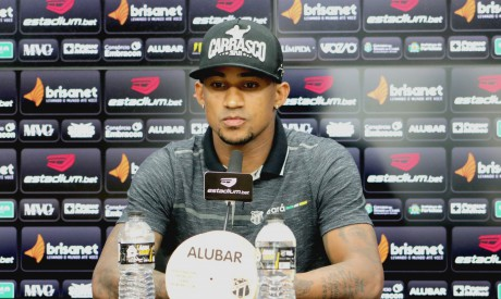 Lateral-direito Eduardo, do Ceará Sporting Club, durante entrevista coletiva