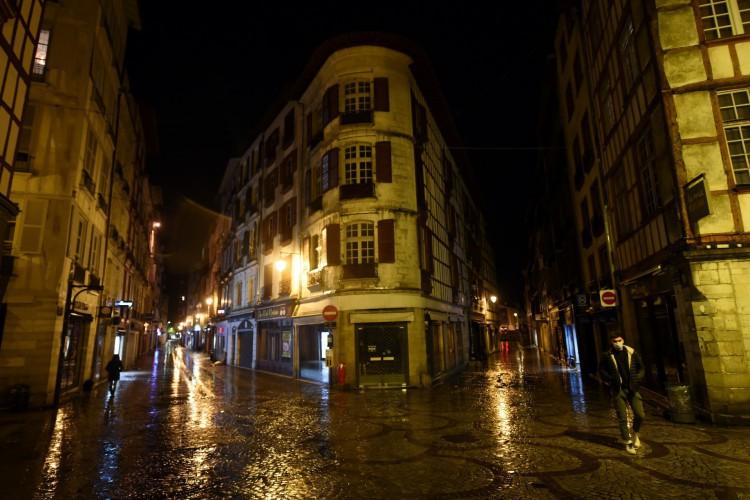 Os habitantes voltam para casa em Bayonne, sudoeste da França, em 26 de outubro de 2020, antes de um toque de recolher noturno     (Foto: AFP)