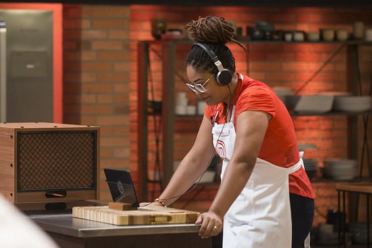 Cozinheiros irão receber uma caixa em cada balcão com uma receita desafio de uma celebridade. (Foto:  Carlos Reinis/ Band)
