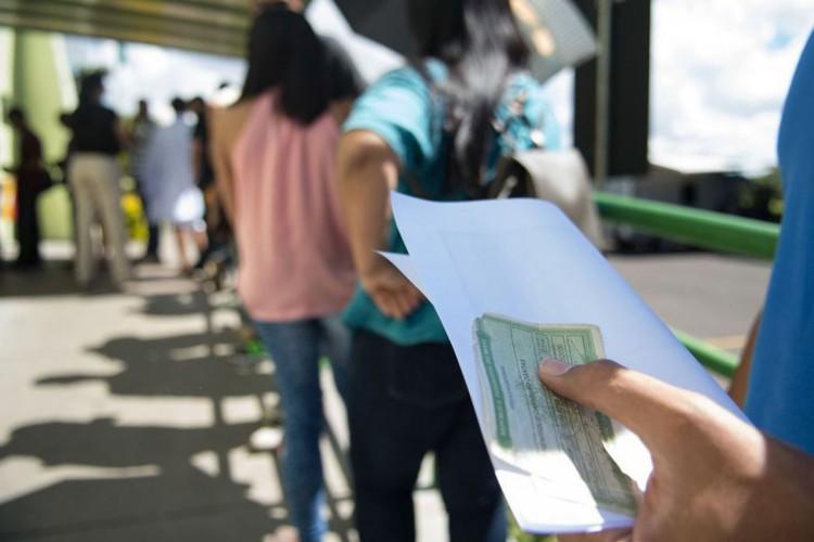Movimento no último dia para o eleitor tirar o título pela primeira vez, pedir a transferência do documento para outro domicílio eleitoral ou fazer o recadastramento biométrico (Marcelo Camargo/Agência Brasil) (Foto: Marcelo Camargo/Agência Brasil)